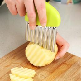 Rebanadas de patatas onduladas de cebolla y patatas fritas arrugadas ensalada corrugada rebanadas de patatas picadas cuchillo